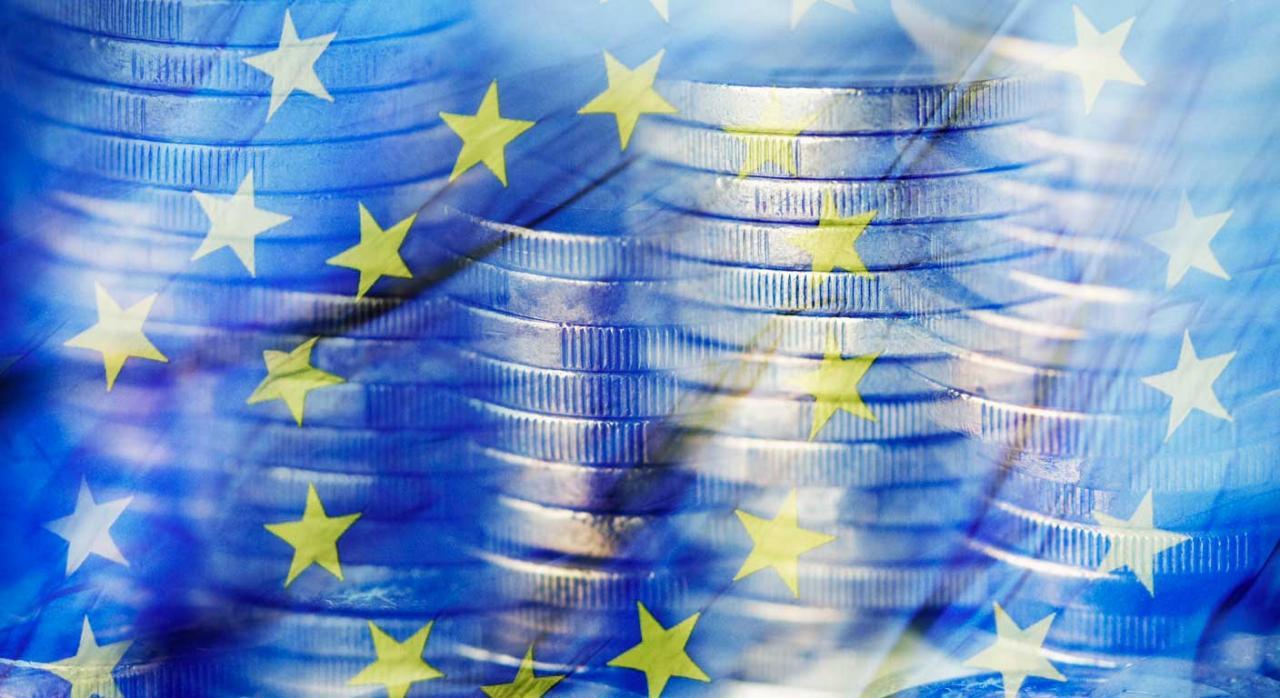 Gipuzkoa traspone la Directiva (UE) 2017/952. Monedas de euro con la bandera de la Unión Europea como fondo