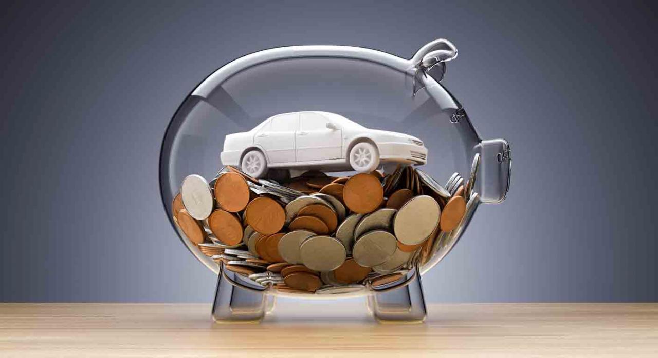 IVA automóviles. Hucha transparente con forma de cerdito y dentro unas monedas y un coche
