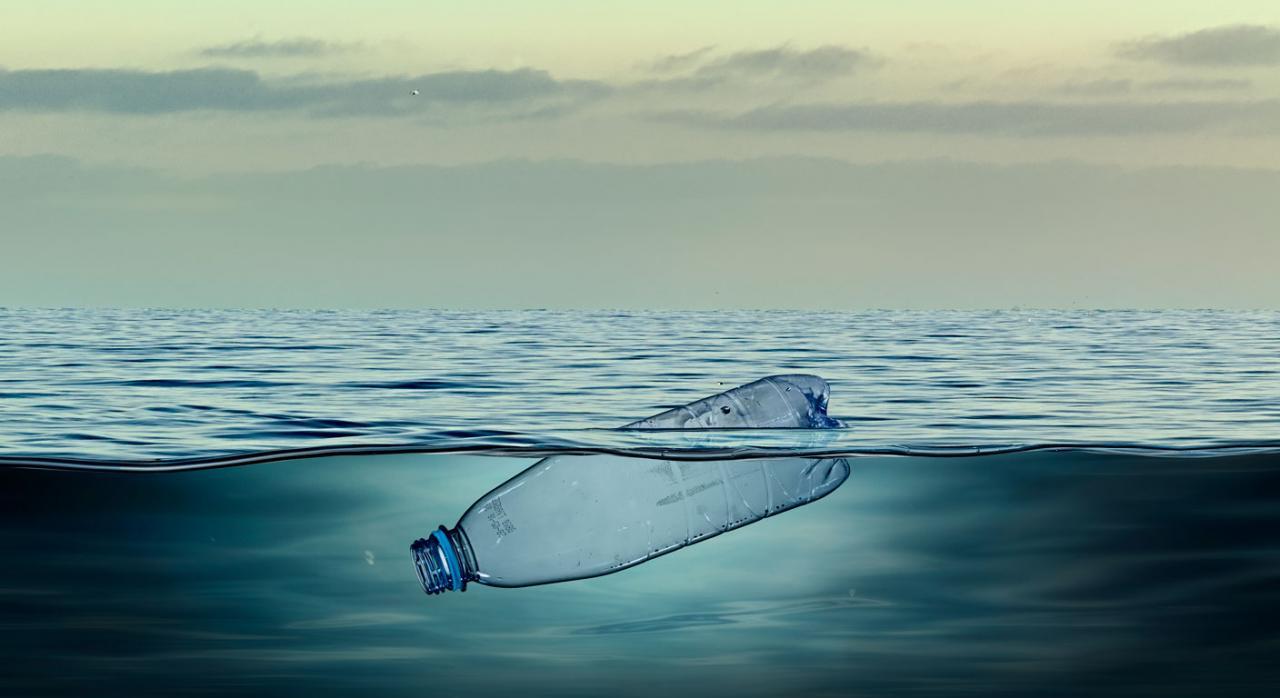 Impuesto plásticos aereo. Imagen de botella de plástico en el agua