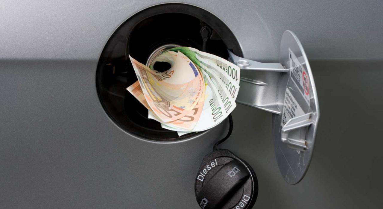 Impuestos medioambientales. Imagen de depósito de coche abierto asomando dinero
