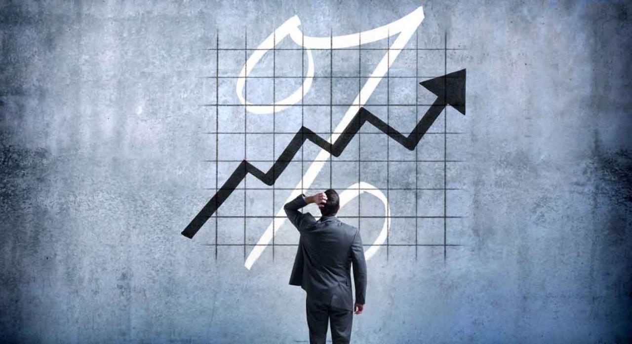 Empresario sorprendido mirando un gráfico de las tasas de interés