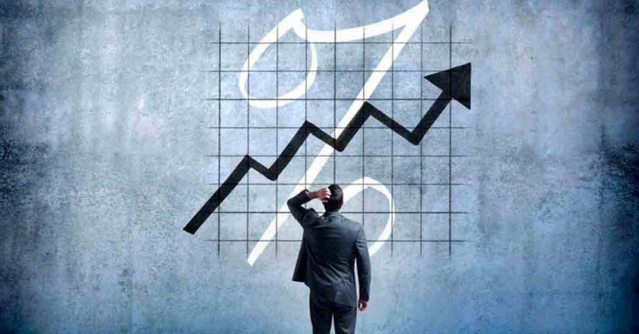 Tipo de interés efectivo anual para el cuarto trimestre de 2020. Imagen de un señor mirando un gráfico