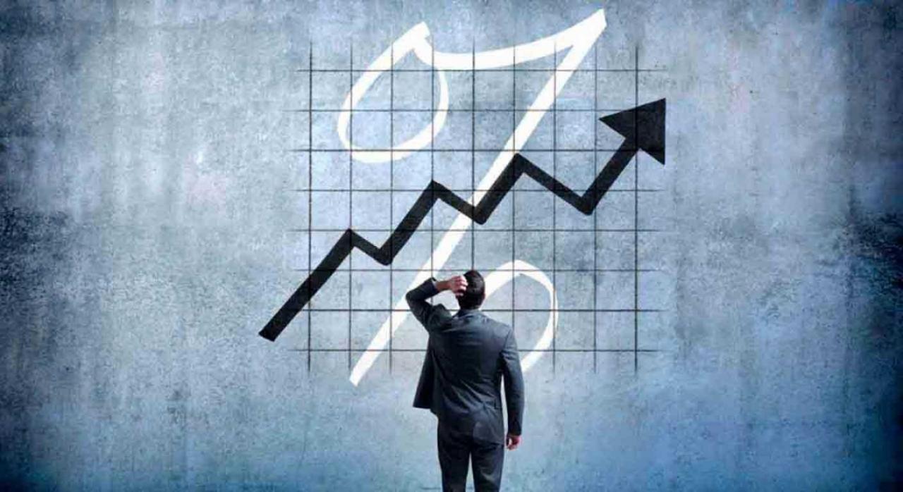 Interés efectivo anual. Imagen de un hombre de negocios echándose la mano a la cabeza viento un gráfico ascendente