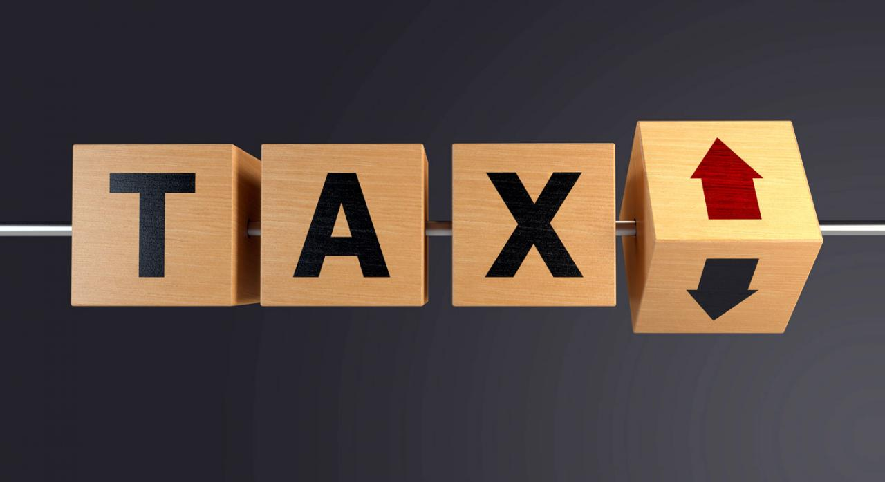 IS: pymes y multinacionales. Cubos de madera con la palabra Tax