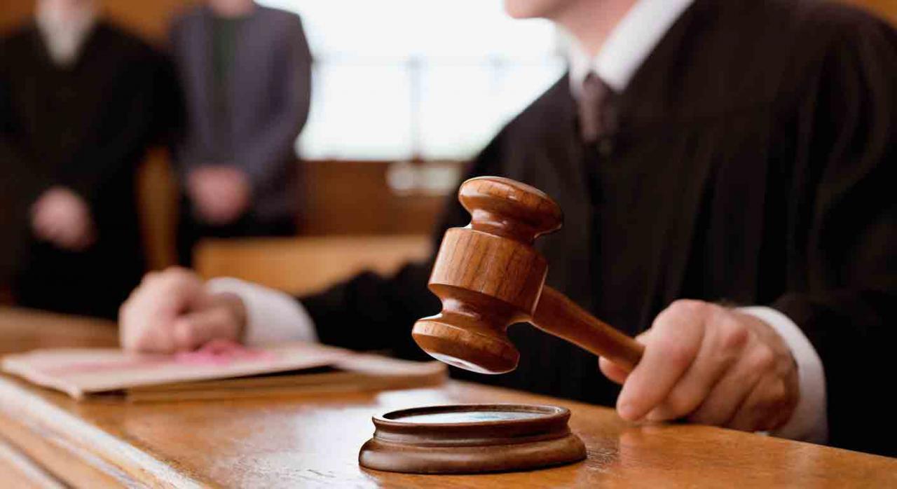 Reanudación actividad judicial. Juez golpeando con su martillo