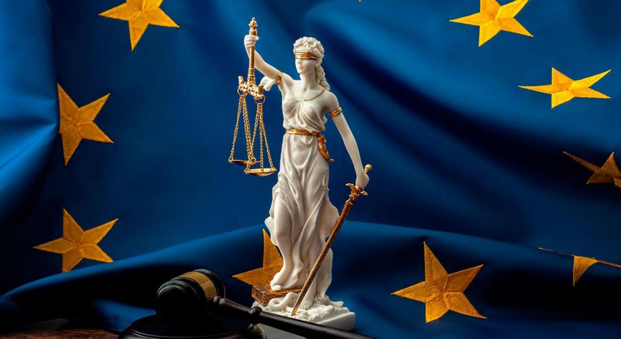 Nulidad de pleno de derecho de actos firmes y principio de efectividad del Derecho de la Unión. Imagen de la figura de la Justicia sobre bandera de Europa