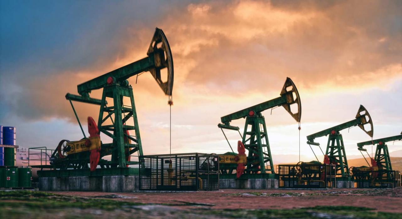 El fraude en los carburantes principal objetivo de la reforma en Impuestos Especiales. Imagen de Pumpjacks de trabajo al atardecer