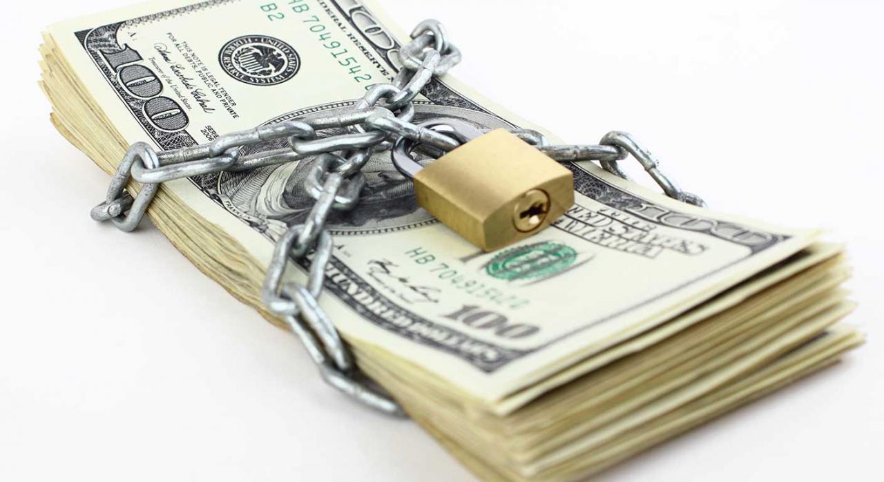 Limitación pagos en efectivo. Imagen de billetes encadenados