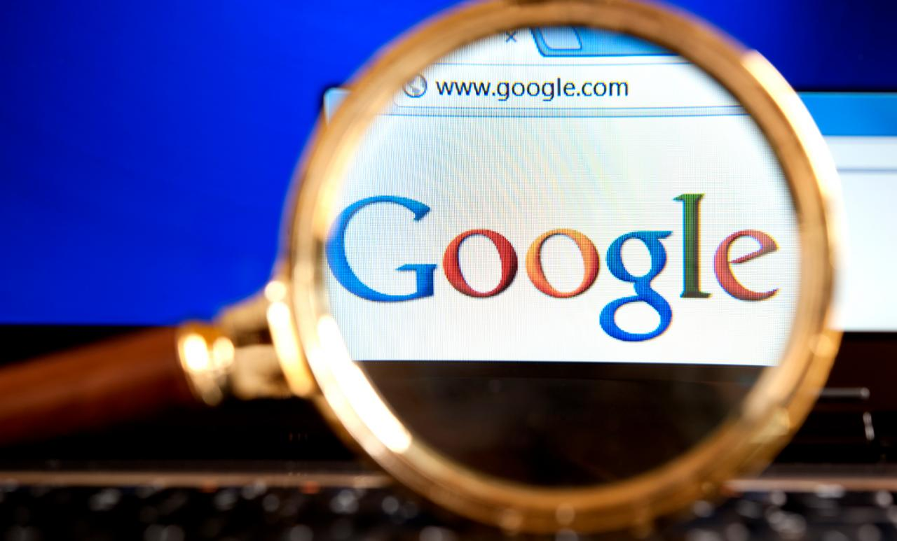 Impuesto servicios digitales. Lupa sobre la palabra google