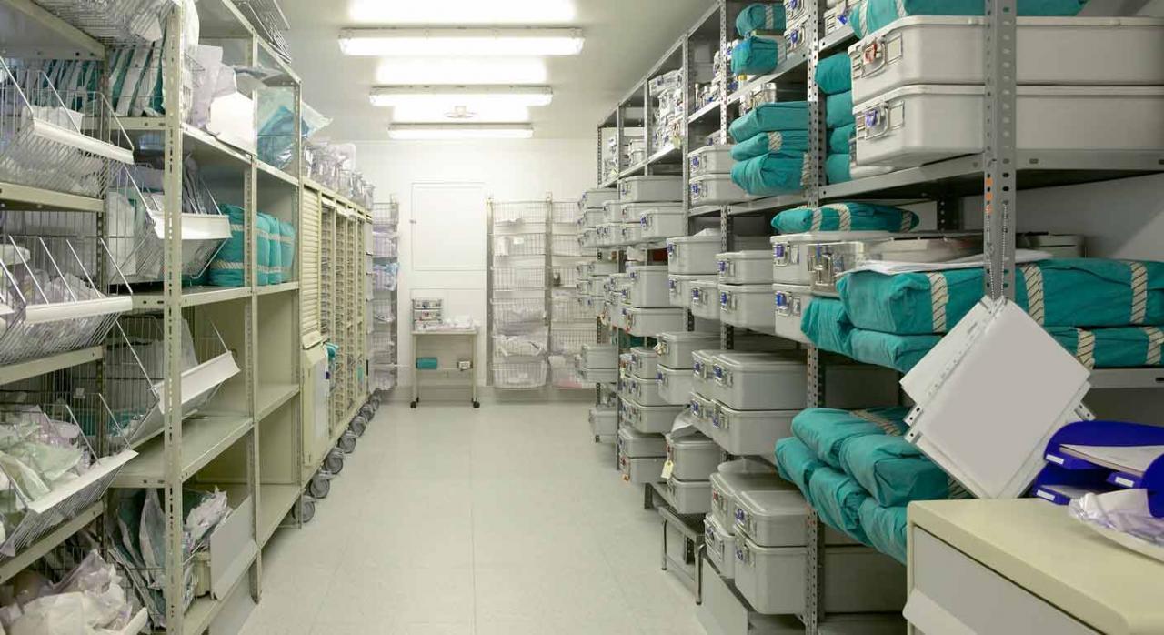 Canarias prorroga el tipo 0 en material sanitario y establece medidas en la venta de bienes usados. Imagen de almacén de material sanitario en un hospital