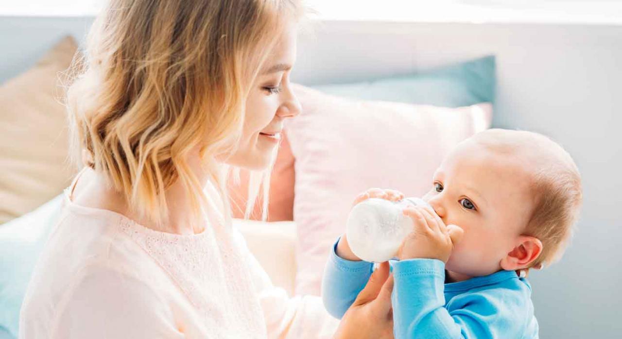 Imagen de la maternidad de una madre dando el biberón a su bebé