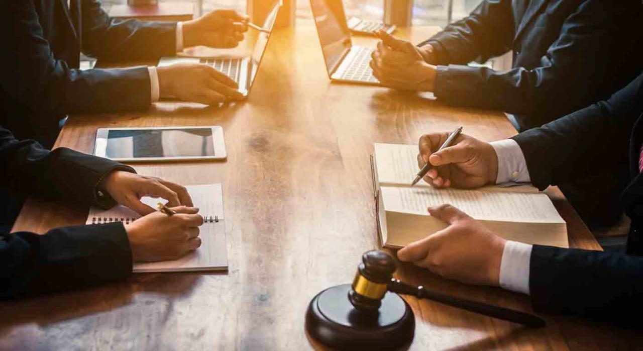 Baleares reduce el tipo del AJD en determinadas operaciones durante 2021. Imagen de una mesa con jueces