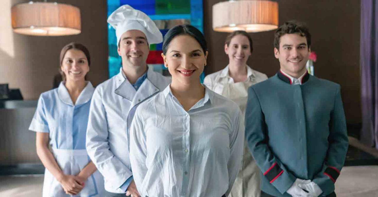 Medidas fiscales de apoyo al sector turístico, hostelería y comercio. Imagen de unos empleados de un restaurante