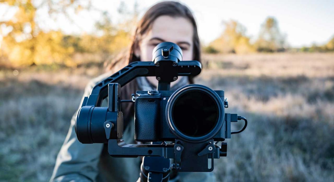 Medidas tributarias sector cultural. Imagen de una mujer sujetando una cámara