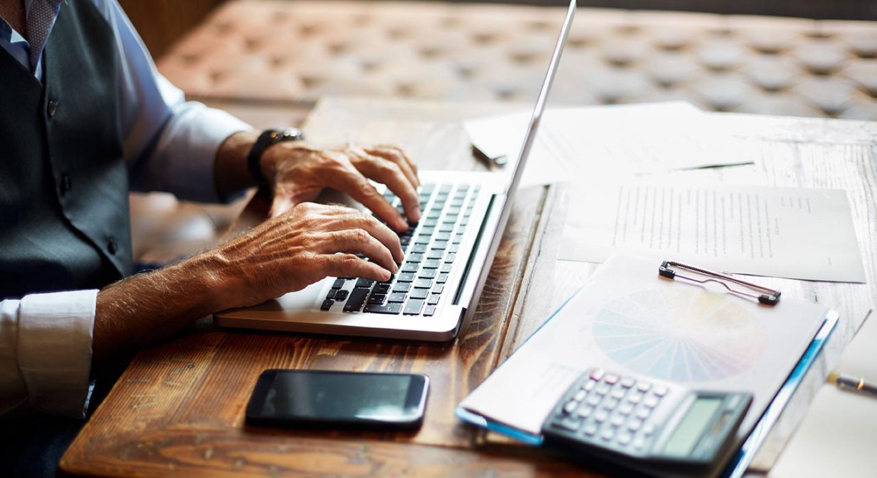 Modelo 303 servicio. Imagen de una persona escribiendo en un ordenador portátil