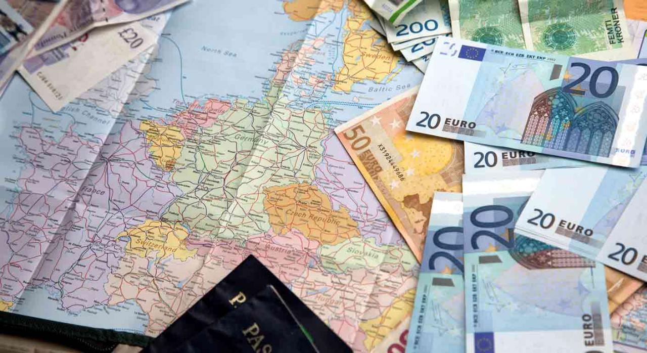 Modelo 720. Billetes de diferentes países encima de un mapa de Europa