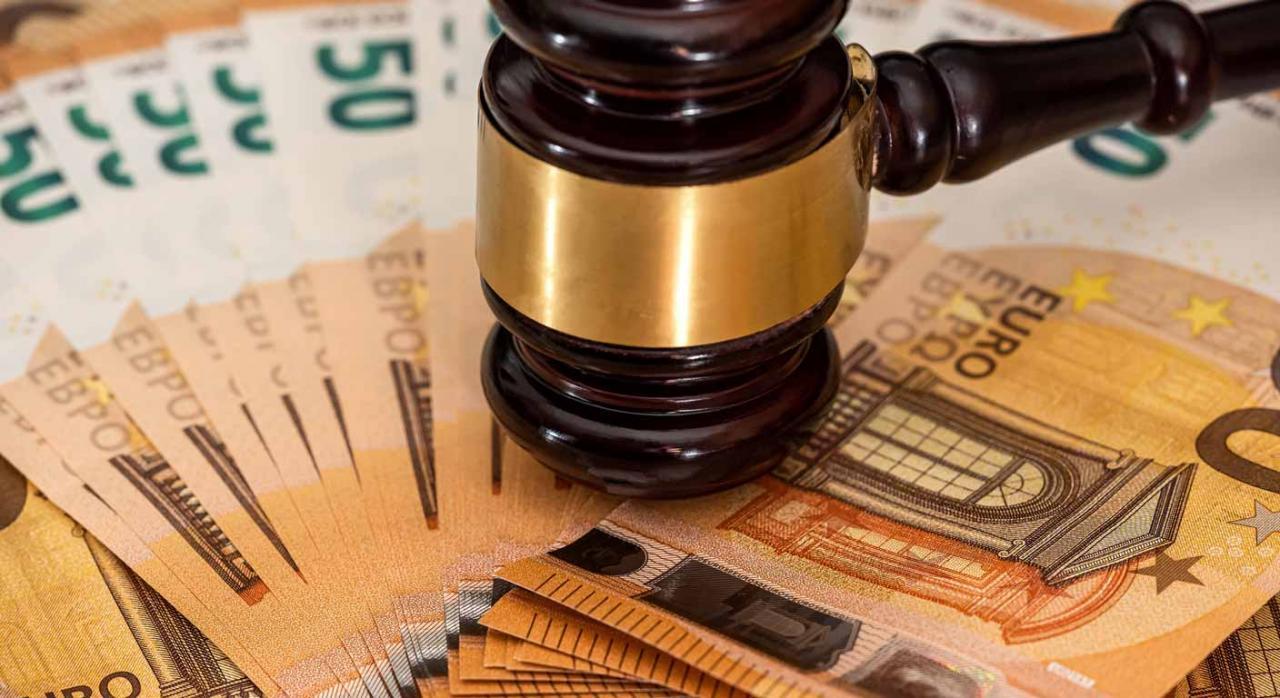 Ley 11/2021: modificaciones en la LGT y otras normas tributarias. Imagen de maza de juez sobre billetes de dinero en curso