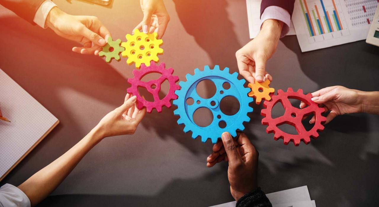 Ley 11/2021: modificaciones en el IS. Imagen de equipo de negocios conectando piezas de engranajes