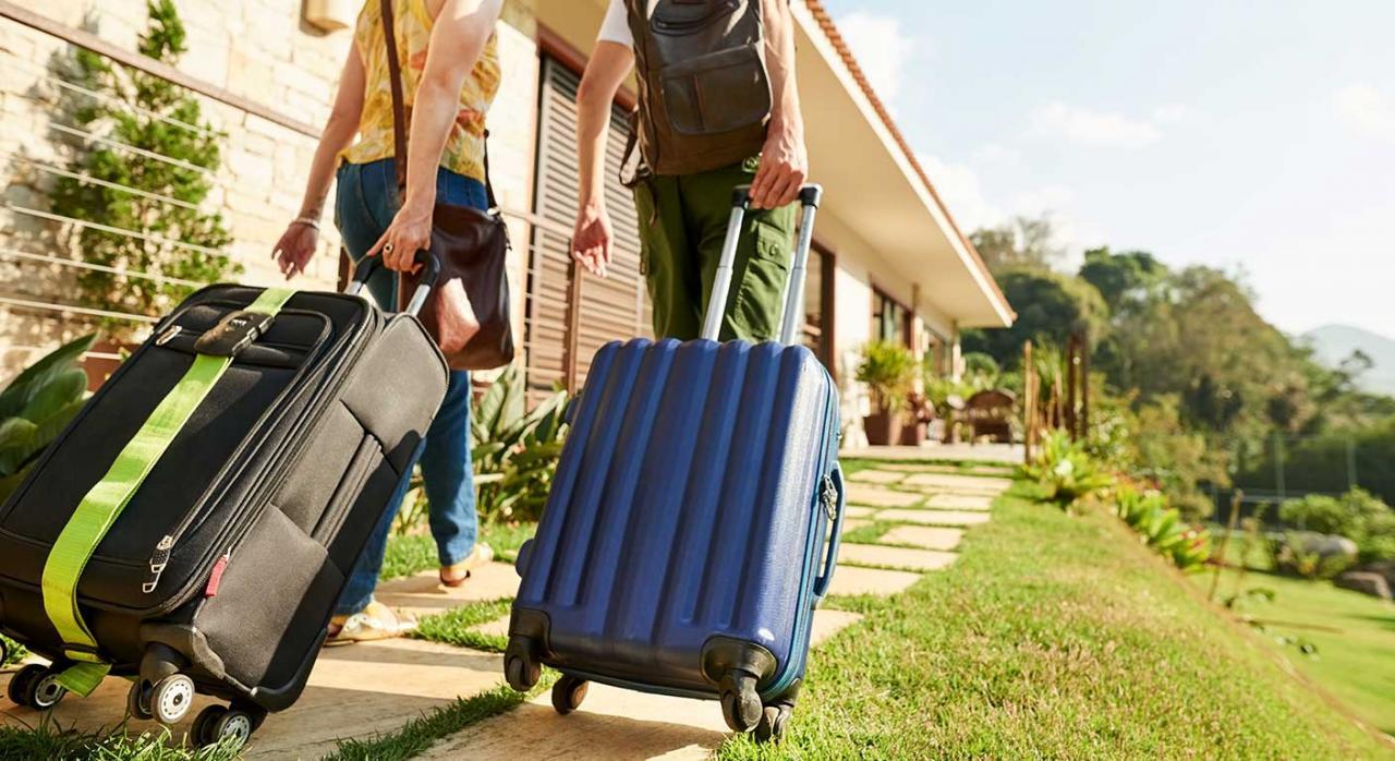 Modificaciones declaraciones informativas. Imagen de personas con maletas