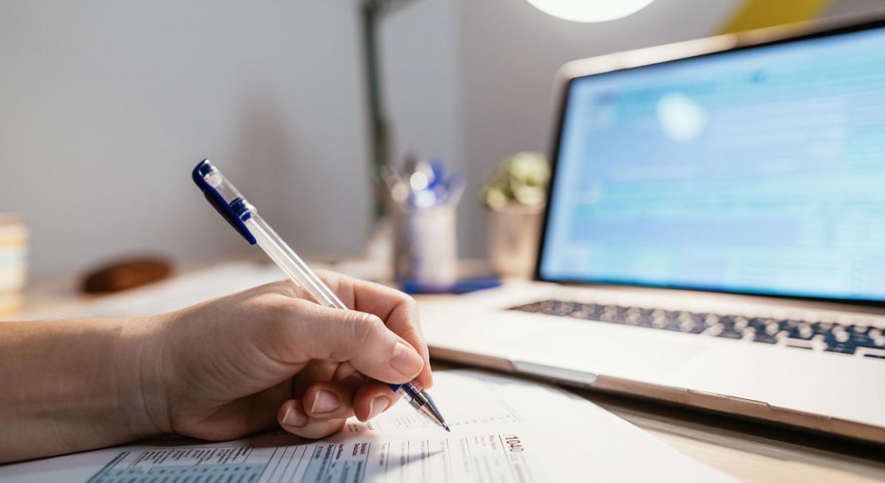 Modificaciones normativas. Persona rellenando un formulario