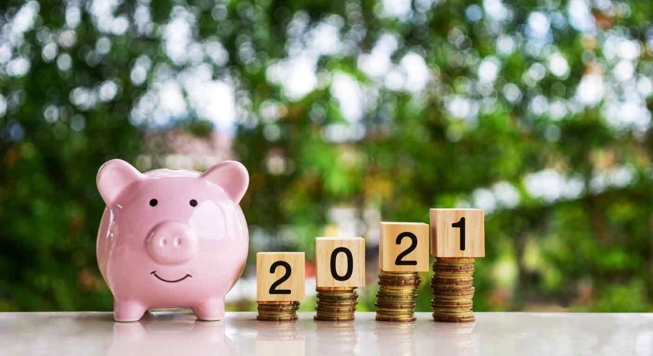 Modificaciones tributarias para 2021 en Gipuzkoa. Hucha cerdito al lado de montones con monedas donde se lee 2021