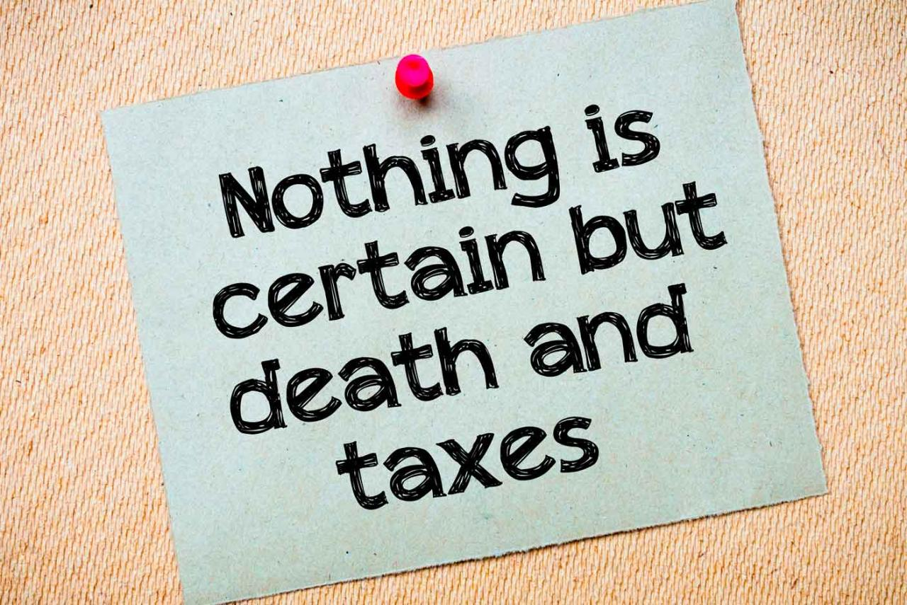 """IAE 2020. Nota sujeta con una chincheta que dice """"Nada es seguro excepto la muerte y los impuestos"""" en inglés"""