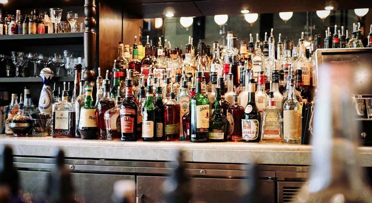 Navarra modifica el suministro obligatorio de información en materia de II.EE. Imagen de una barra de bar con muchas botellas