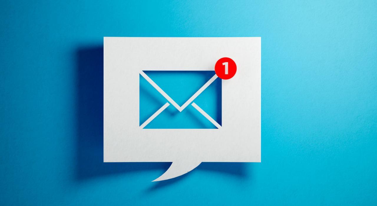 Notificación telemática para el IRPF. Imagen de burbuja de chat blanco con símbolo de correo electrónico