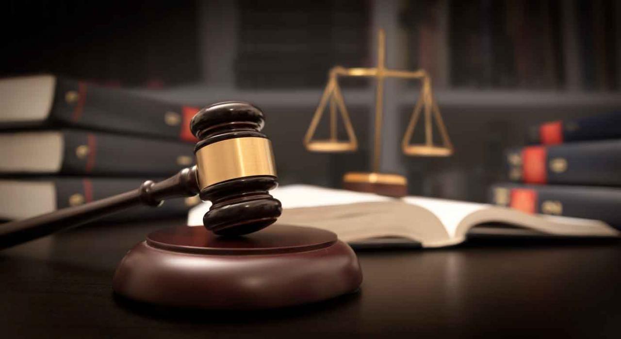 Imagen de una maza y una balanza en un juzgado