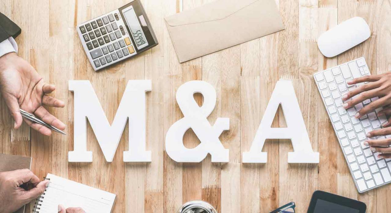 Restructuraciones empresariales y operaciones societarias. Vista desde arriba de una mesa de trabajo