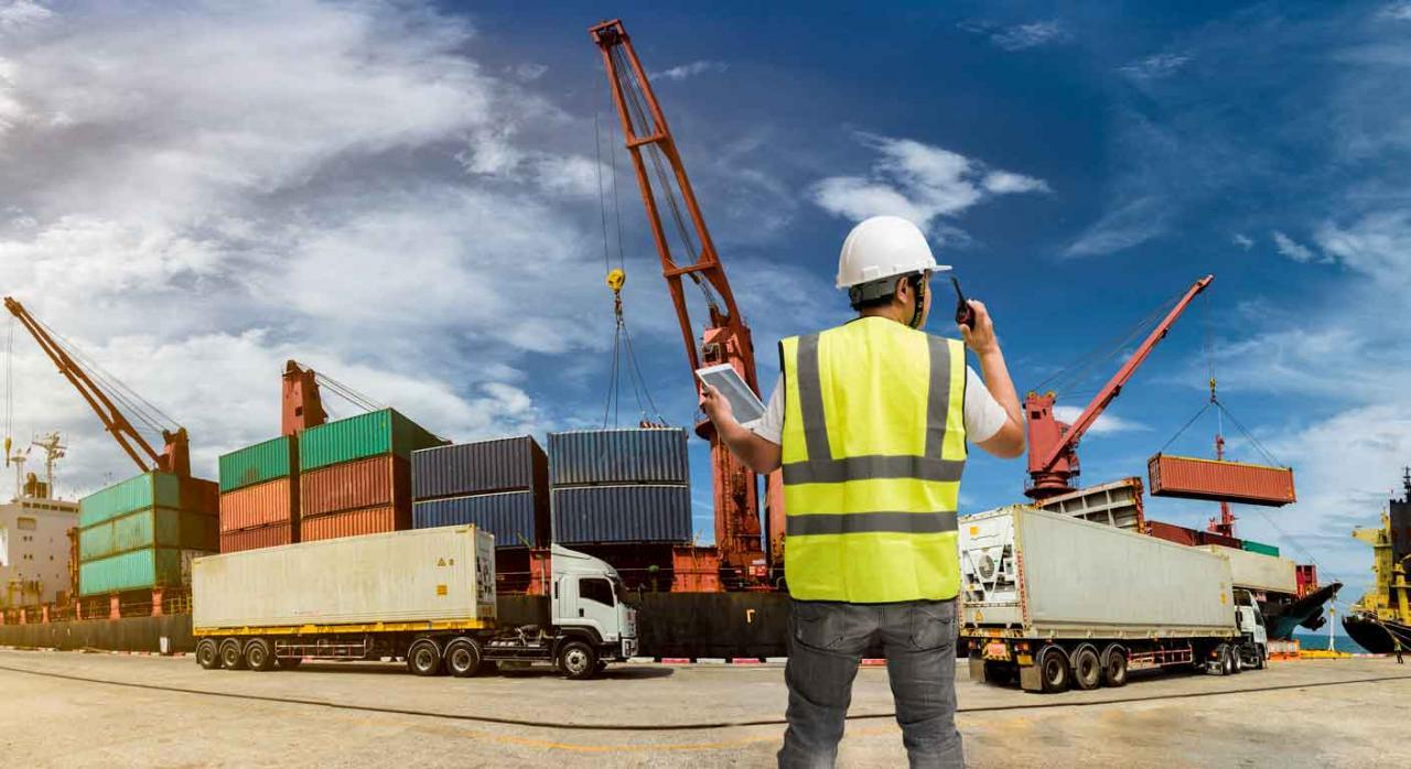 Aduanas instrucciones. Trabajador vigilando muelle de carga