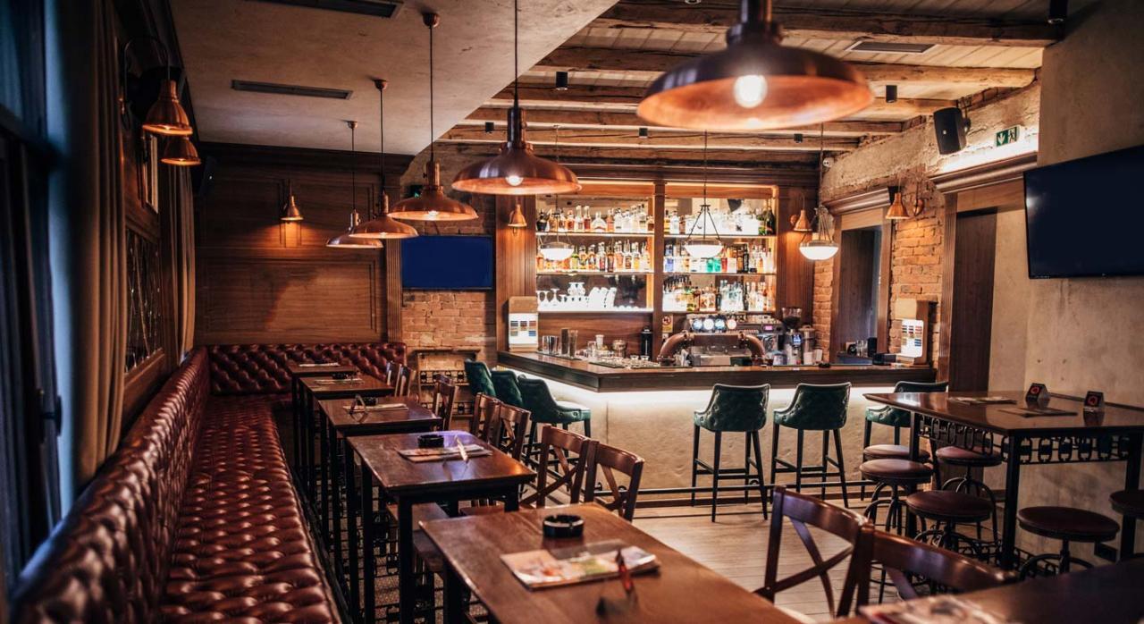 IRPF e IVA: Orden de módulos para el año 2021. Imagen del interior de un pub de ciudad