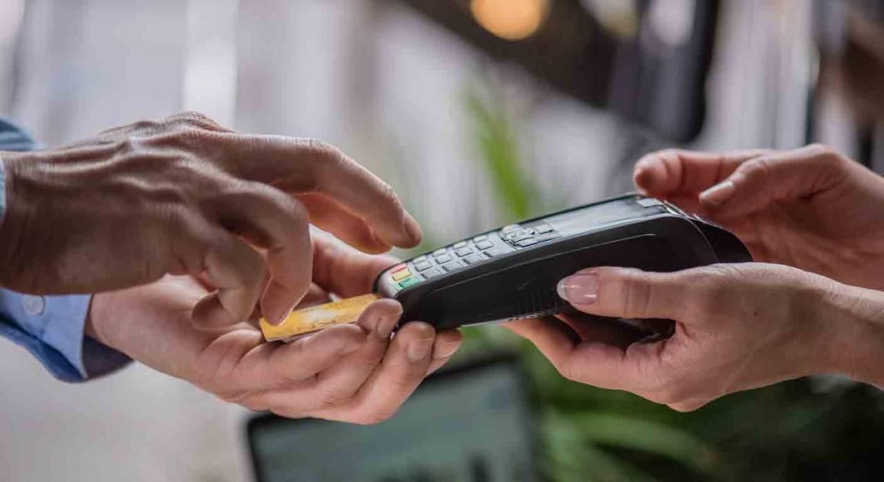 Sistema Cl@vePIN. Mano de un hombre pagando con tarjeta en un dispositivo