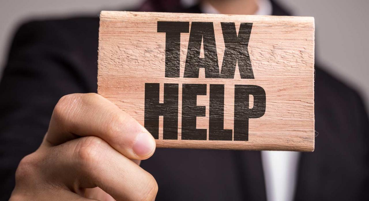 Plan de control tributario 2021. Imagen de hombre sujeanto en la mano un cartel donde pone tax help