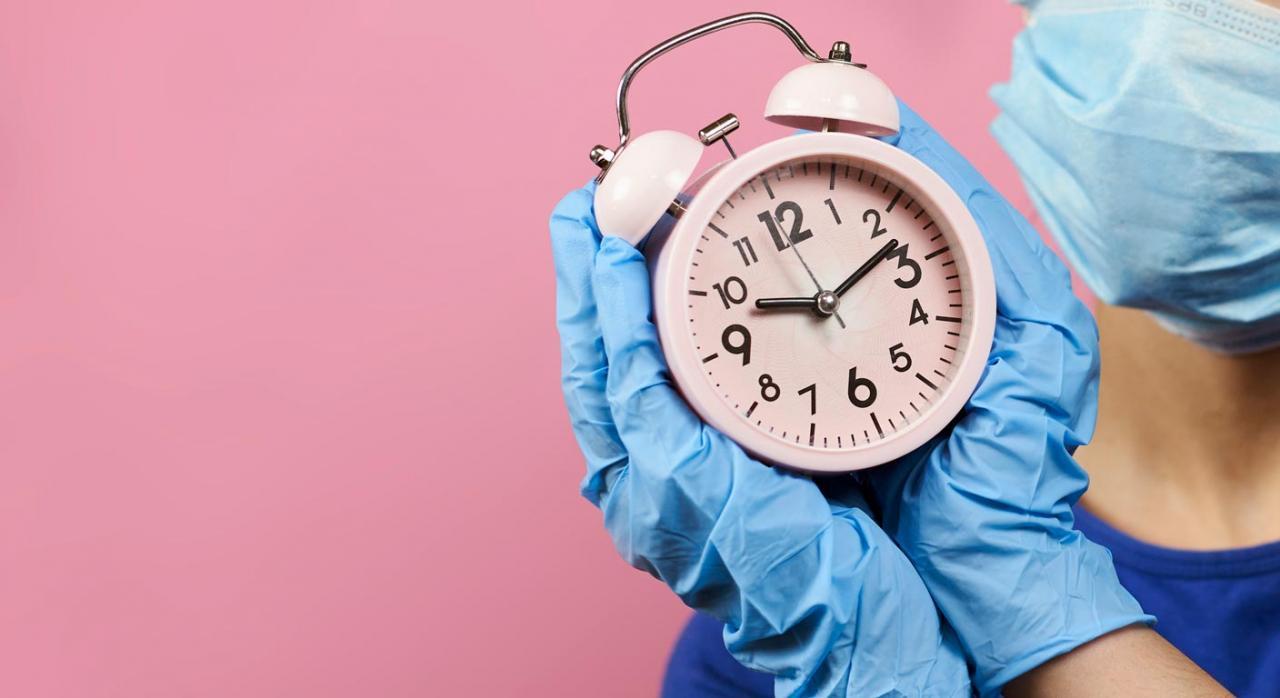 Bizkaia. Plazo de presentación de autoliquidaciones del IRPF e IP. Imagen de reloj analógico sujeto por ambas manos por una persona con guantes y mascarilla