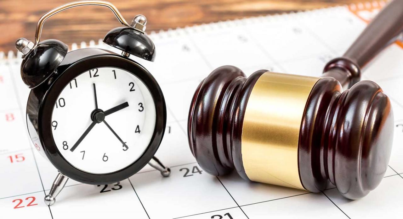 Cómputo de los plazos procesales y administrativos. Imagen de un mazo y un reloj
