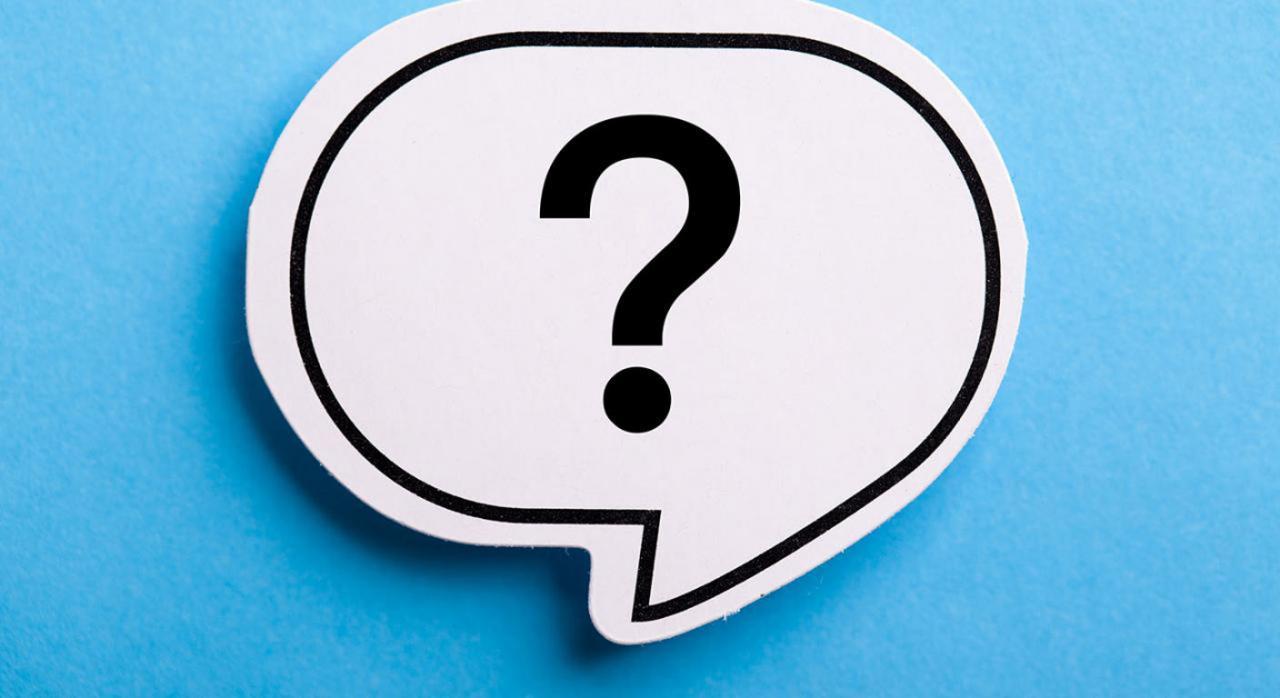 Preguntas frecuentes de la AEAT sobre el IVA en arrendamiento de inmuebles. Imagen de signo de interrogación en bocadillo sobre fondo azul
