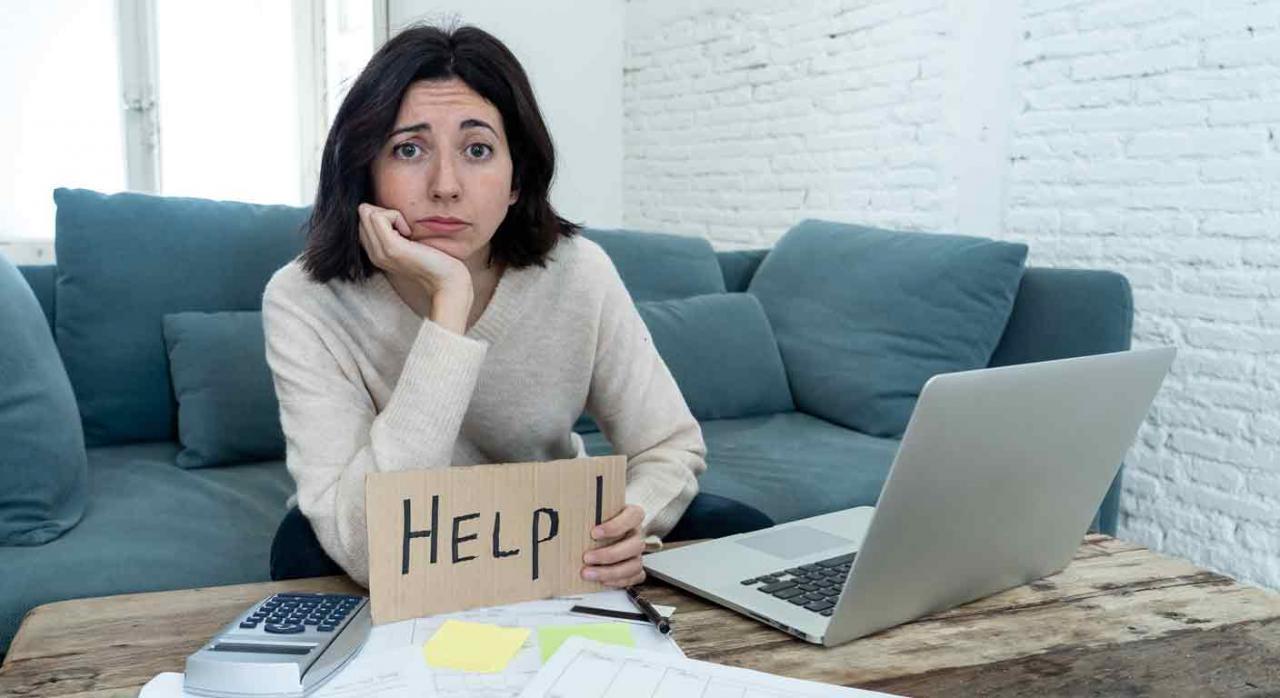 Presentación de impuestos por correo electrónico en Aragón. Mujer con gesto de preocupación mostrando un papel con la palabra Help escrita