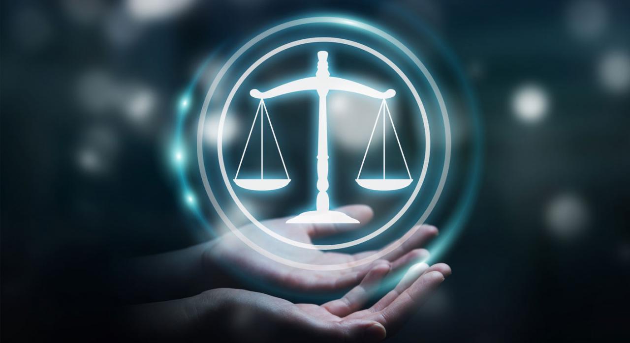Nuevos pronunciamientos del TS publicados durante la primera quincena de enero de 2021. Imagen de balanza de Justicia dentro de una esfera sobre unas manos