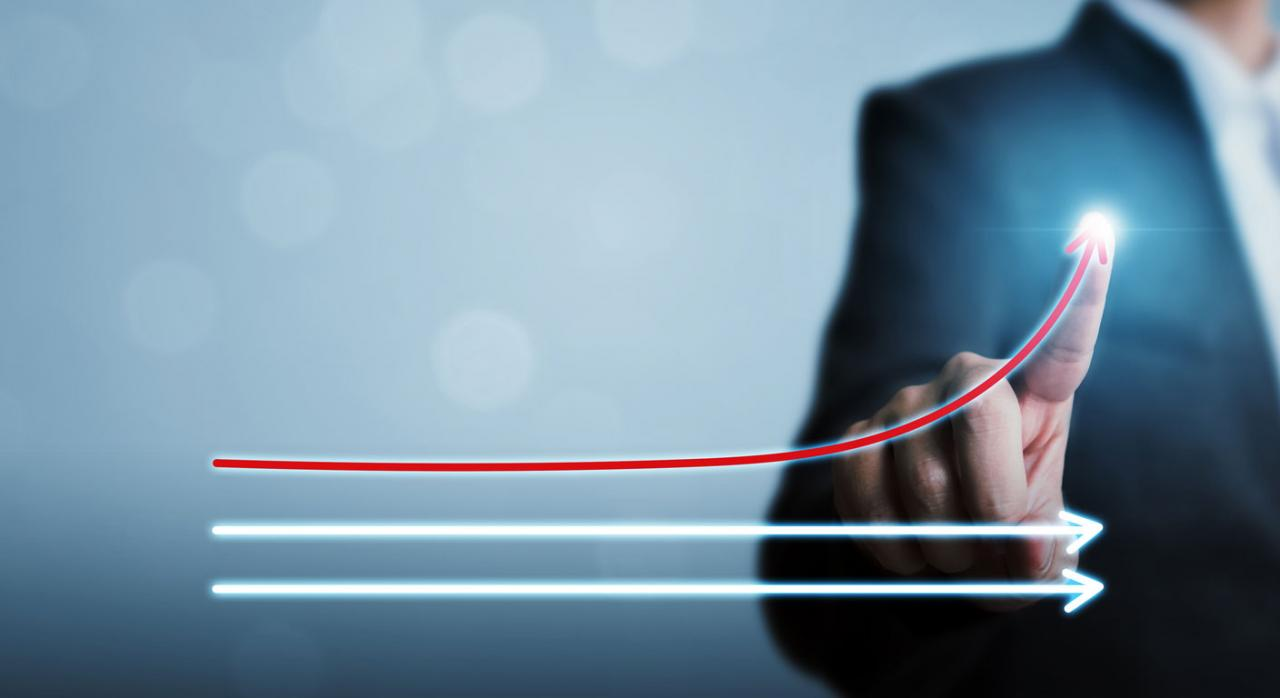 Proyecto de Ley de Presupuestos Generales del Estado. Dos flechas horizontales blancas y una roja ascendente, de fonde un hombre apuntando con el dedo en la flecha roja