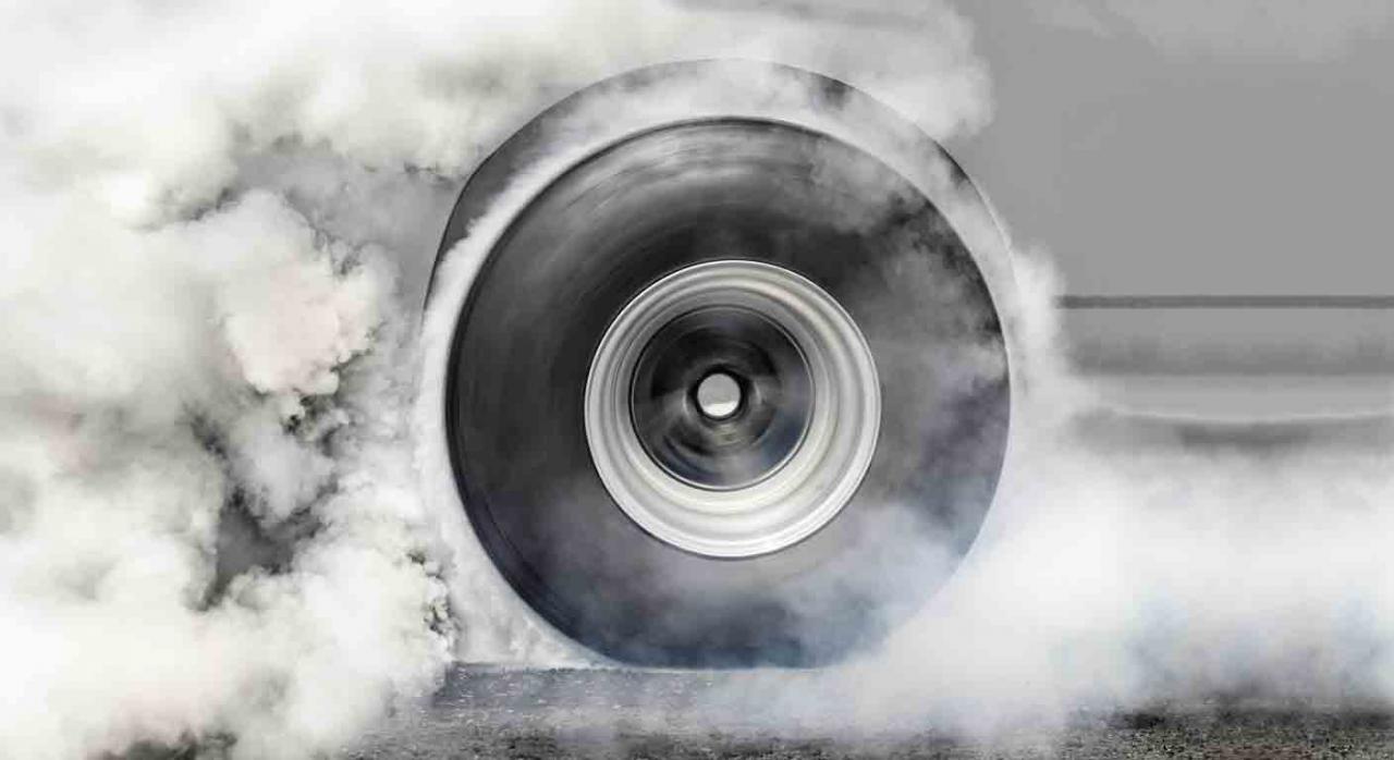 Impuesto de matriculación,  carga contaminante, vehículo de ocasión, importación, Portugal, principio de la libre circulación de mercancías. Imagen de una rueda de un vehículo echando humo