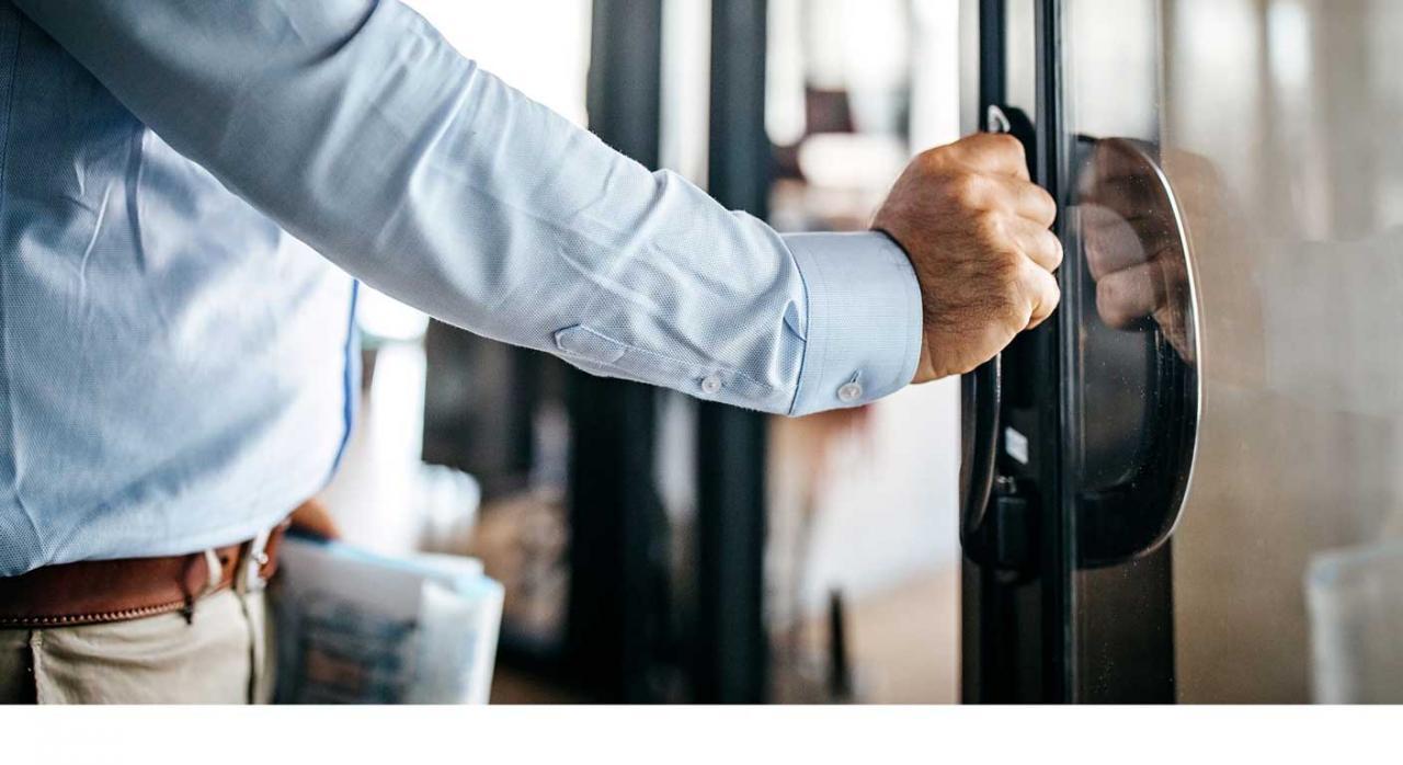 Reapertura progresiva de las oficinas de la Agencia Tributaria. Imagen de una mano abriendo una puerta