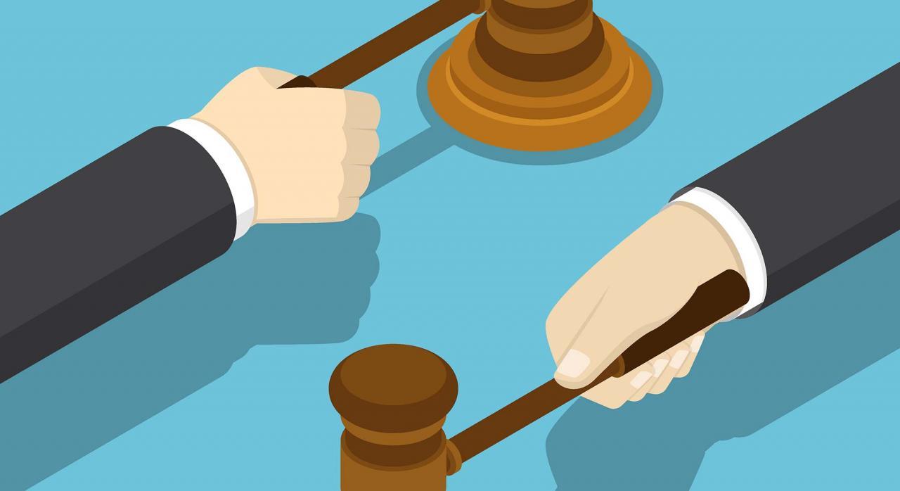 Mano de empresario con el martillo del juez