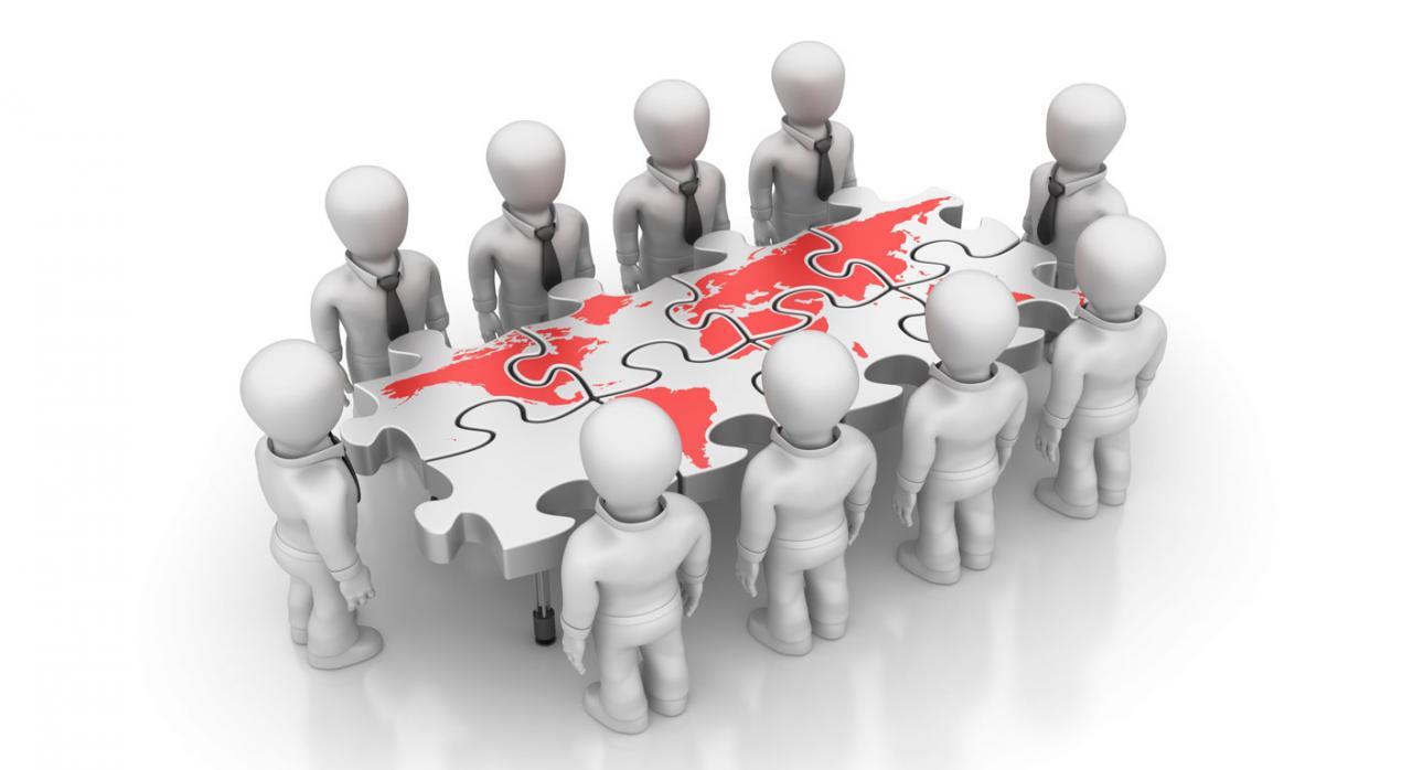Reglamento de procedimientos amistosos. Mesa con forma de puzzle con el mapa del mundo, rodeada de figuras de hombres de negocio
