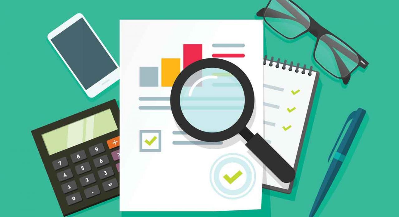 Imagen de una lupa, calculadora, gafas, movil, boli y un folio en el que estaría el reglamento a modificar