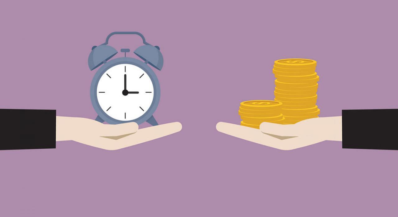 Dies a quo para solicitar la devolución de ingresos indebidos. Imagen de dos manos sujetando un reloj analógico en una y monedas en la otra