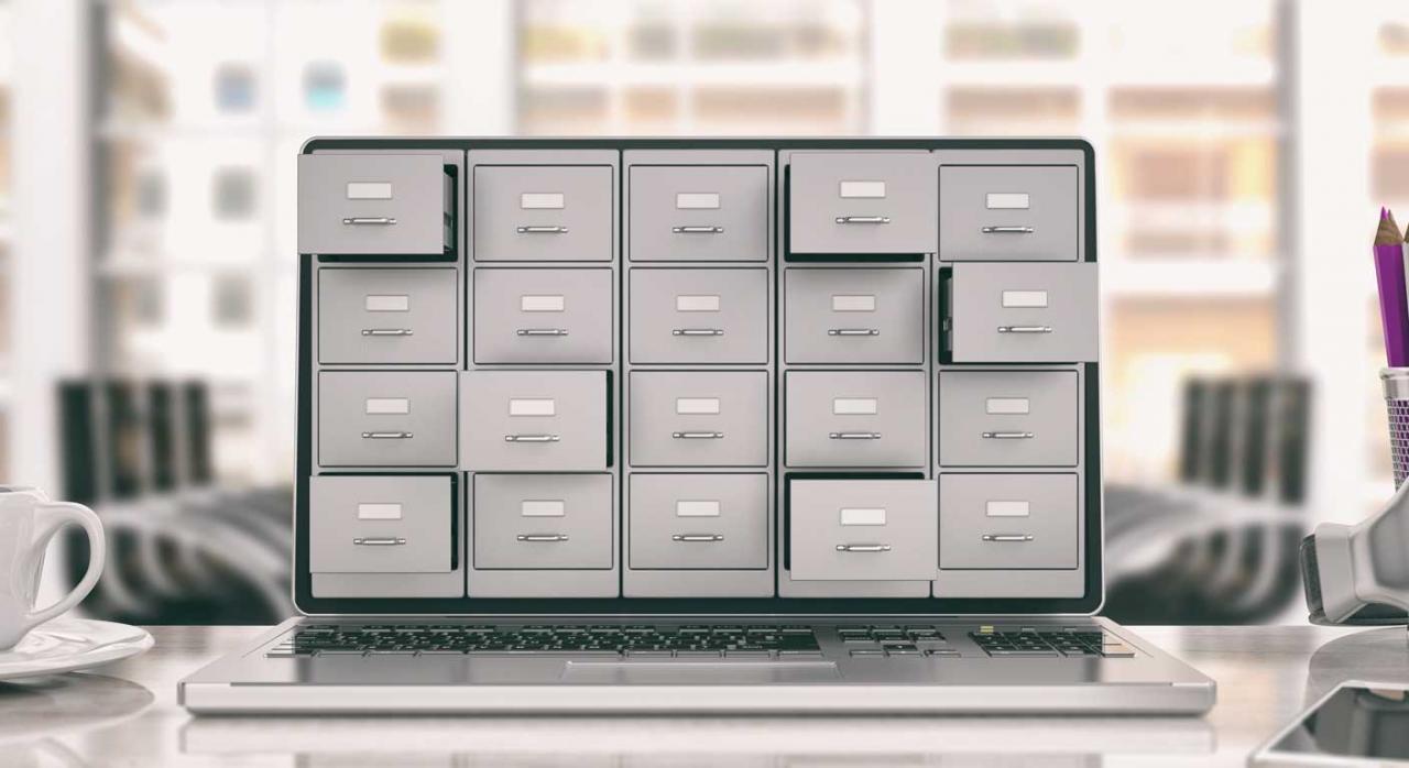 Archivador en una pantalla de ordenador portátil. Requerimiento de información