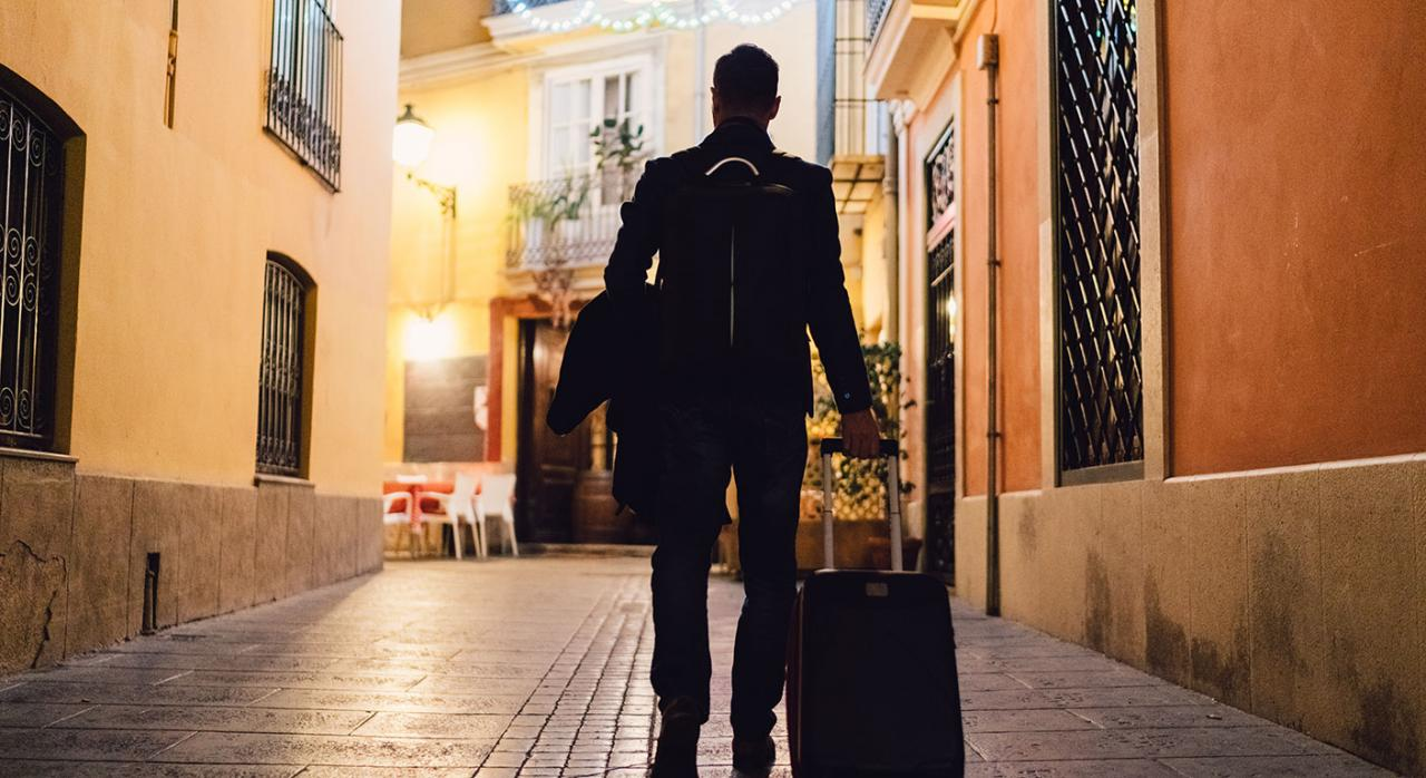 Residencia habitual turista. Imagen de un hombre con una maleta