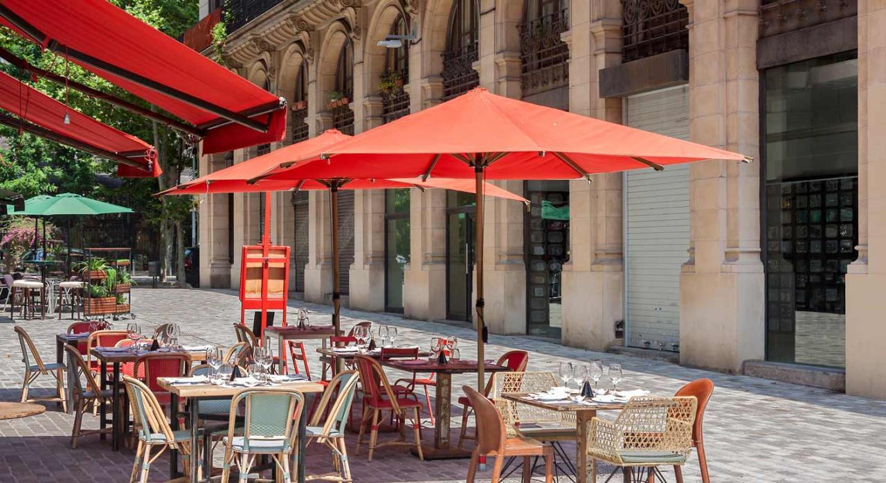 Cataluña: bonificación del 100% en la cuota de ITP en concesiones administrativas. Imagen de típico restaurante en terraza en Barcelona