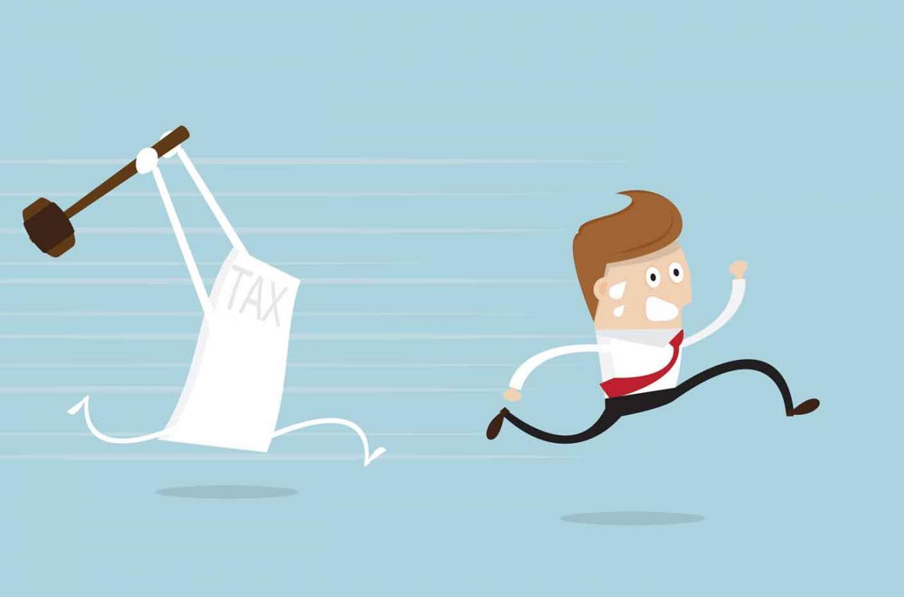 El TJUE y las sanciones al 720. Imagen de un hombre de negocios huyendo de impuestos sosteniendo martillo
